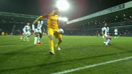 Pemain Brighton, Glenn Murray saat mencetak gol ke gawang West Brom - INDOSPORT
