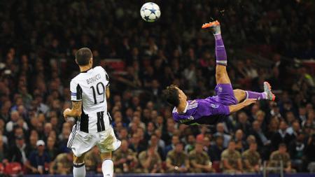 Cristiano Ronaldo melakukan salto di final Liga CHampions 2016/17 saat Real Madrid melawan Juventus. - INDOSPORT
