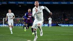 Indosport - Sergio Ramos mengejar bola