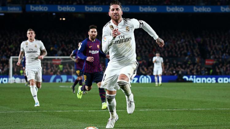 Sergio Ramos mengejar bola Copyright: INDOSPORT