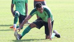 Indosport - Otavio Dutra ikut berlatih dengan Persebaya di Lapangan Jenggolo, Sidoarjo. Kamis (7/2/19).