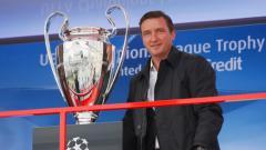 Indosport - Legenda Liverpool Vladimir Smicer bersama trofi Liga Champions.