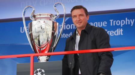 Legenda Liverpool Vladimir Smicer bersama trofi Liga Champions. - INDOSPORT
