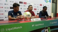 Indosport - Pelatih Persidago Gorontalo, Romy Malamua bersama pemainnya, Yuaib Rauf saat sesi konferensi pers