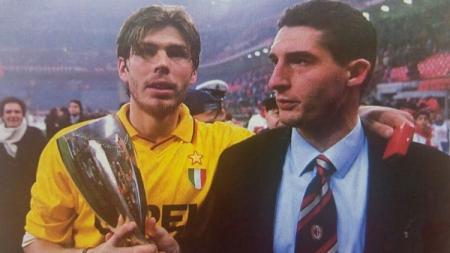 Zvonimir Boban menenteng trofi Piala Super Eropa 1995. - INDOSPORT