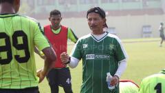 Indosport - Djadjang Nurdjaman memberikan evaluasi setelah latihan di Lapangan Jenggolo, Sidoarjo. Jumat (8/2/19).