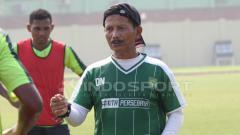 Indosport - Djajang Nurdjaman memberikan evaluasi kepada pemain setelah latihan, Jumat (08/02/19).