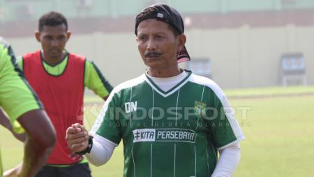 Djajang Nurdjaman memberikan evaluasi kepada pemain setelah latihan, Jumat (08/02/19). - INDOSPORT