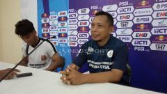 Indosport - Pelatih Persidago, Romy Malamua bersama Yuaib Rauf saat konferensi pers.