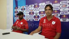 Indosport - Pelatih Persipura, Luciano Leandro bersama Manu Wanggai usai laga lawan Persidago di Piala Indonesia.