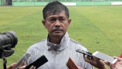 Indosport - Indra Sjafri, Head Coach Timnas U-22 kala memimpin latihan anak asuhnya di Stadion Gajayana Kota Malang, Jumat (08/02/19).
