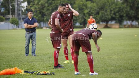 Marko Simic dan Jaimerson da Silva menyaksikan Beto Goncalvec juggling bola.