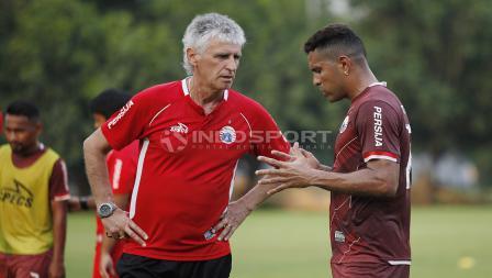 Beto Goncalves berdiskusi dengan pelatih Ivan Kolev.
