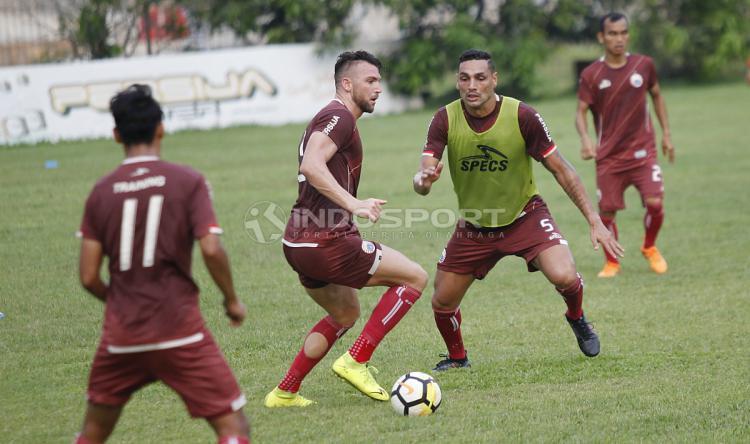 Aksi Marko Simic dijaga ketat oleh Jaimerson da Silva. Copyright: Herry Ibrahim/Indosport.com