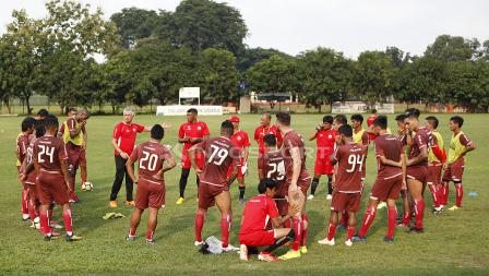 Pelatih Ivan Kolev saat memberikan arahan kepada para pemain Persija Jakarta.