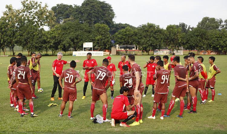 Pelatih Ivan Kolev saat memberikan arahan kepada para pemain Persija Jakarta. Copyright: Herry Ibrahim/Indosport.com