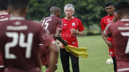 Pelatih Ivan Kolev saat berdiskusi dengan Neguette. - INDOSPORT