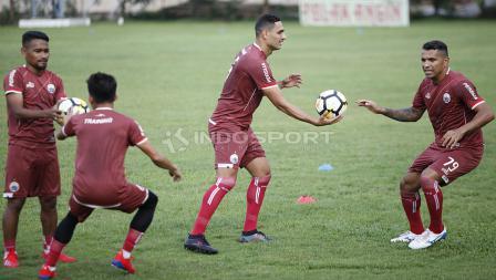 Dua pemain pinjaman Persija dari Madura United, Beto Goncalves dan Jaimerson da Silva berlatih bersama.