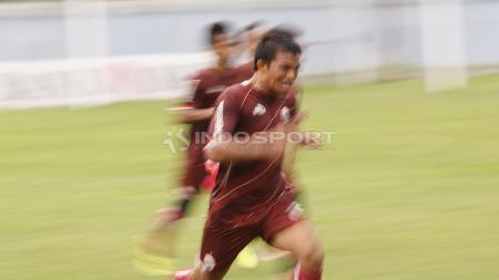 Gelandang Persija Jakarta, Sandi Sute, melakukan sprint. - INDOSPORT