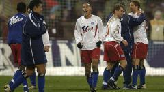Indosport - Selebrasi striker Hamburg SV, Naohiro Takahara, usai menghindarkan timnya dari kekalahan dalam pertandingan Bundesliga Jerman kontra Bayern Munchen, 9 Februari 2003.