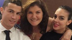 Indosport - Ronaldo bersama ibunda dan kekasihnya