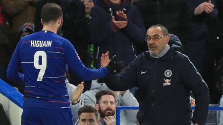 Gonzalo Higuain (kiri) dan Maurizio Sarri, striker dan pelatih Chelsea. - INDOSPORT