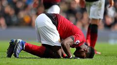Indosport - Selebrasi Paul Pogba (Manchester United) bersujud usai mencetak gol penalti ke gawang Fulham.
