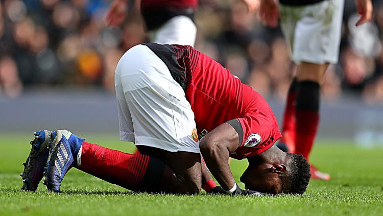Selebrasi Paul Pogba (Manchester United) bersujud usai mencetak gol penalti ke gawang Fulham. Copyright: Indosport.com