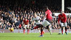 Indosport - Paul Pogba (Manchester United) saat tendangan penalti ke gawang Fulham.