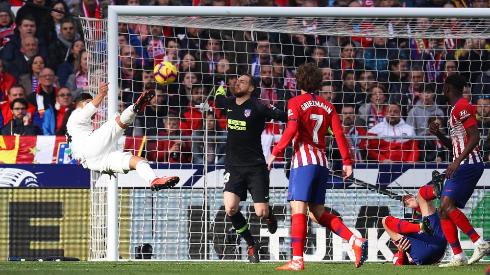 Gol salto Casemiro ke gawang Atletico Madrid Copyright: Getty Images