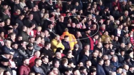 Dua fans Southampton  peragakan pesawat jatuh. - INDOSPORT