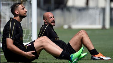 Kiper Serie A Liga Italia AC Milan, Pepe Reina (kanan) dikabarkan akan bergabung dengan kontestan Liga Inggris Aston Villa pada bursa transfer musim dingin ini. - INDOSPORT