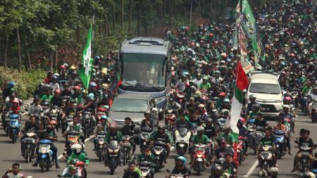 Bus membawa tim Persebaya Surabaya U-17 disambut ribuan Bonek. Minggu (10/2/19). - INDOSPORT