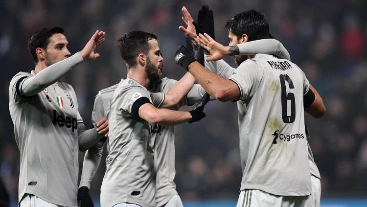 Skuat Juventus merayakan gol Khedira ke gawang Sassuolo. Copyright: Twitter @khaledalnouss1