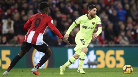 Kapten Barcelona Lionel Messi saat menggocek pemain Athletic Bilbao pada ajang La Liga Spanyol, Senin (11/02/19). - INDOSPORT