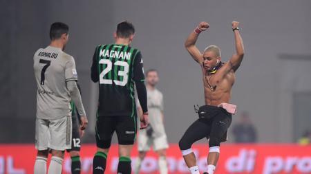 Cristiano Ronaldo dipeluk suporter yang masuk ke lapangan pada saat melawan Sassuolo - INDOSPORT