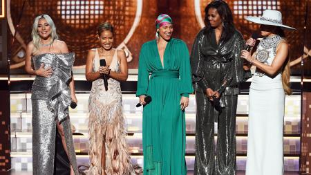 Michelle Obama (busana hitam) memiliki tubuh yang bugar - INDOSPORT