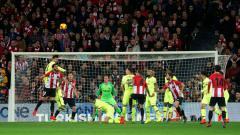 Indosport - Duel di udara dalam laga Athletic Bilbao vs Barcelona pada ajang La Liga Spanyol, Senin (11/02/19).