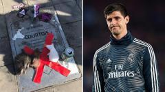 Indosport - Plakat nama Courtois kembali dirusak oleh fans Atletico Madrid yang masih merasa sakit hati