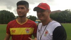 Indosport - Pemain seleksi Kalteng Putra Kevin Gomes de Oliveira (kiri) dan pelatih Gomes de Oliveira (kanan) saat pemusatan latihan di Yogyakarta.