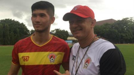 Pemain seleksi Kalteng Putra Kevin Gomes de Oliveira (kiri) dan pelatih Gomes de Oliveira (kanan) saat pemusatan latihan di Yogyakarta. - INDOSPORT