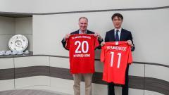Indosport - CEO Bayern Munchen, Karl-Heinz Rummenigge, dan Ketua Federasi Sepak Bola Korea Selatan, Hong Myung-bo, meresmikan kerjasama sepak bola di Munchen pada Senin (11/2/19).