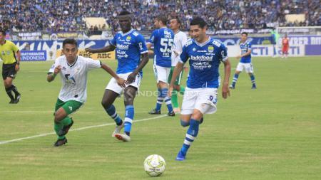 Esteban Vizcarra mencoba mengejar bola, saat menghadapi Persiwa Wamena. - INDOSPORT
