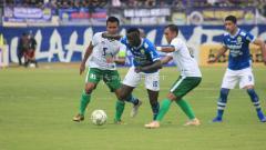 Indosport - Ezechiel N'Douassel melewati dua pemain Persiwa.