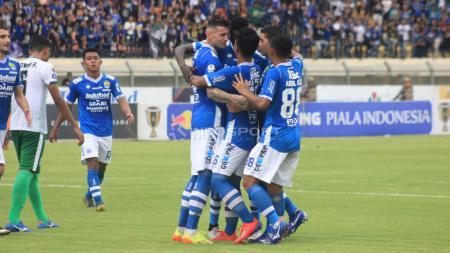 Pemain Persib Bandung, merayakan gol yang dicetak Ezechiel N'Douassel. - INDOSPORT