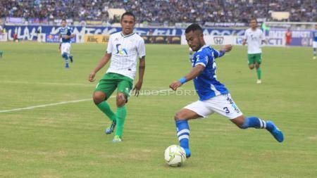 Bek Persib Bandung, Ardi Idrus, melepaskan tendangan dalam pertandingan Liga 1. - INDOSPORT