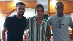 Indosport - Playmaker anyar Persipura, Wallacer de Andrade Medeiros bersama sang pelatih, Luciano Leandro dan Andre Ribeiro