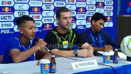 Pelatih Persib, Miljan Radovic (tengah) ditemani pemainnya Beckham Putra Nugraha (kiri) seusai pertandingan menghadapi Persiwa. - INDOSPORT