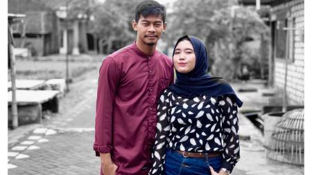 Satria Tama bersama sang kekasih, Aisyah Ayuningtyas. - INDOSPORT