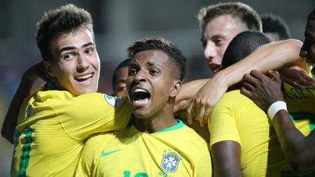 Rodrygo (tengah) mendapat restu dari pesepak bola legenda Brasil, Pele, sebelum merapat ke klub sepak bola Spanyol, Real Madrid. - INDOSPORT